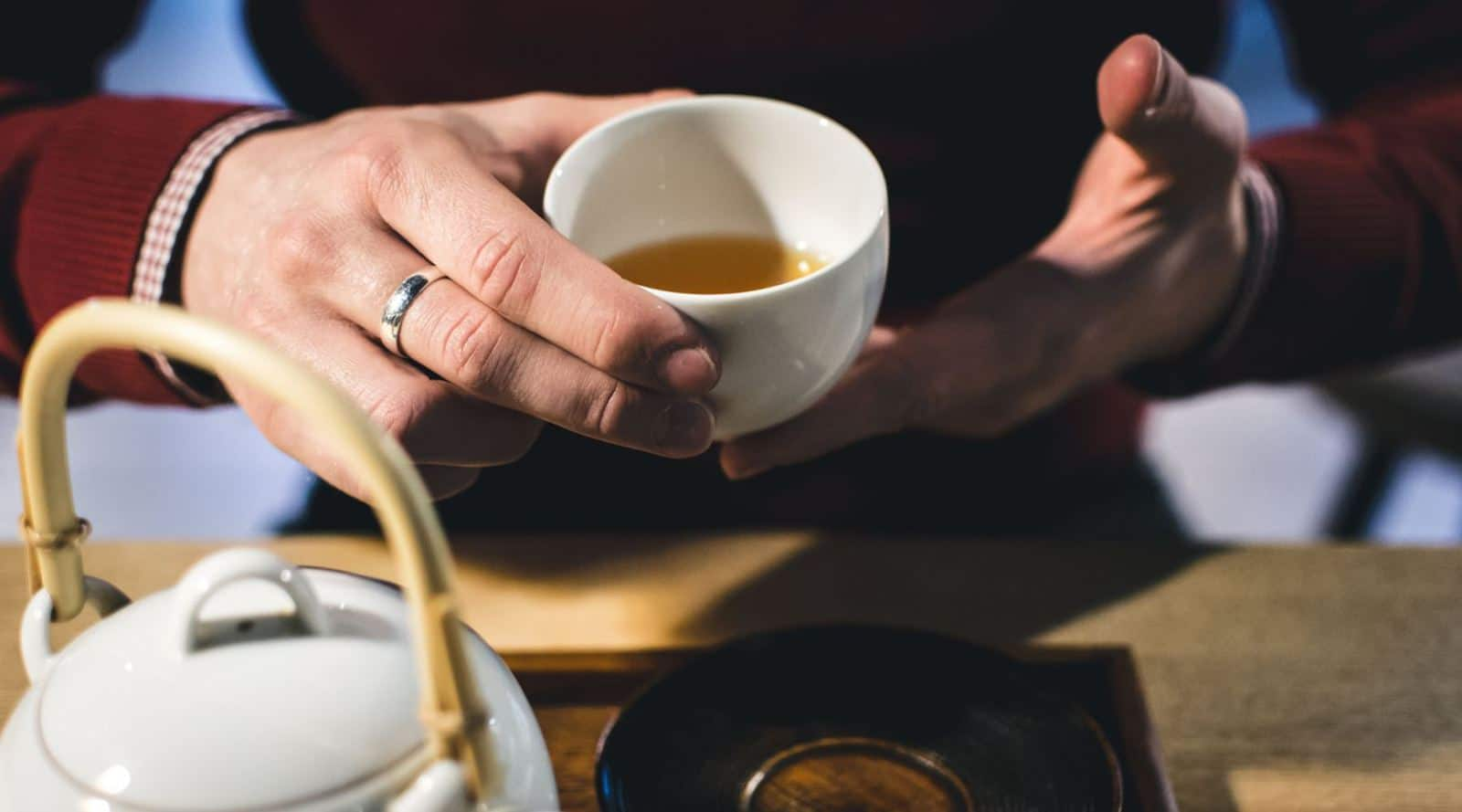 why the chinese tap two fingers with every pour of tea